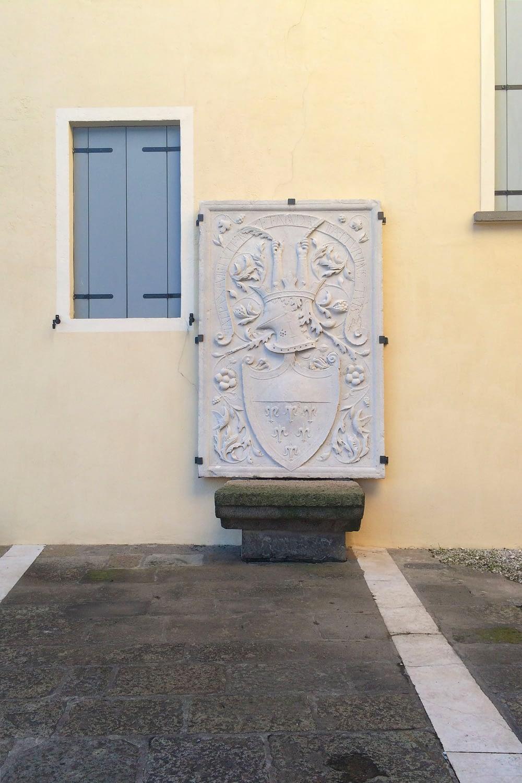 Pernumia_Dettaglio dello stemma in piazza