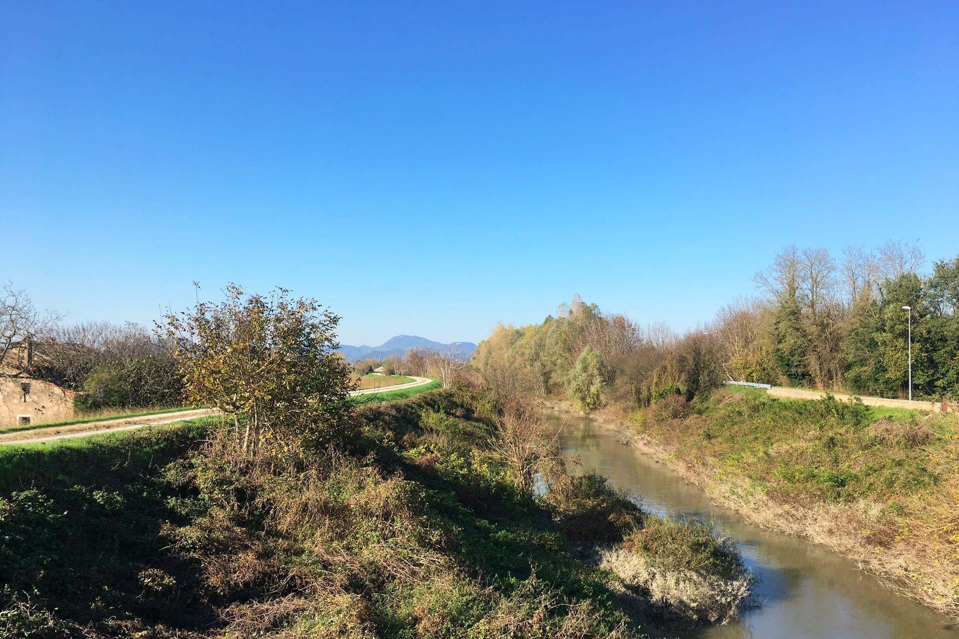 Cartura_Percorso lungo il canale con i Colli Euganei sullo sfondo