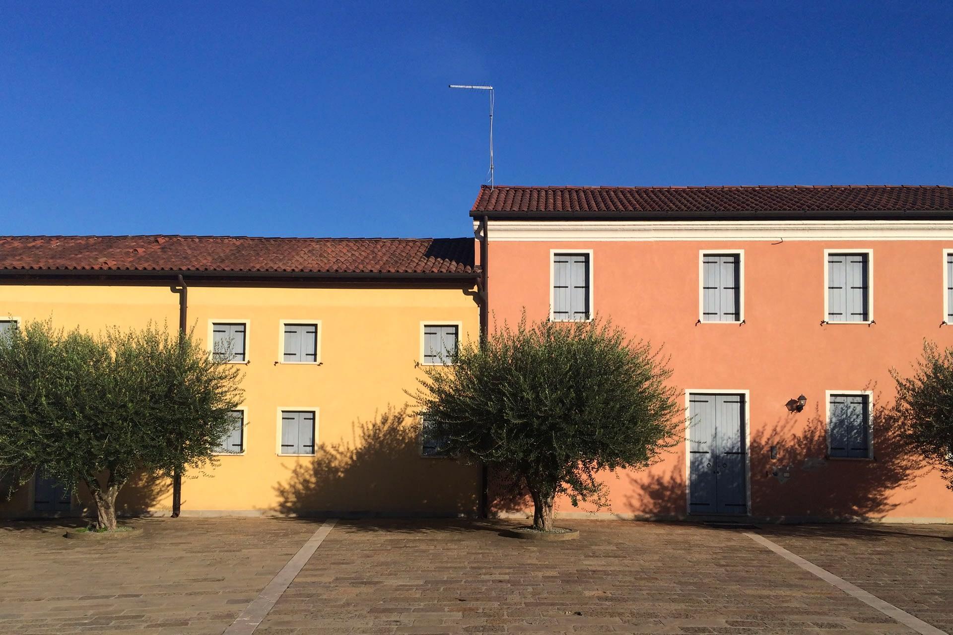 Pernumia_Vista delle case della piazza